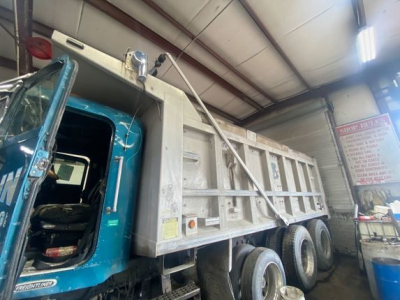 View 1997 FREIGHTLINER FLD112SD - Listing #1080442
